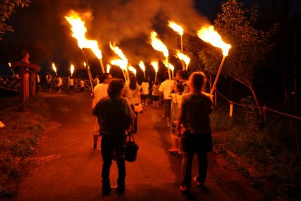 [물과 불의 축제 츠루타 축제]의 신화(神火)마을 돌기